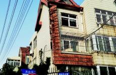 浮山三小区楼房挂瓦老化有安全隐患 凑钱维修意见难统一