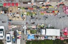 西海岸新区清凉山不清凉 沿街商铺超线经营污染路面